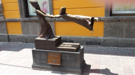 statue outside of the Sergio Bustamante gallery